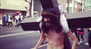 Gesù di Nazareth in una maratona in Giappone