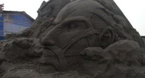 Una statua di sabbia per l'Attacco dei Giganti